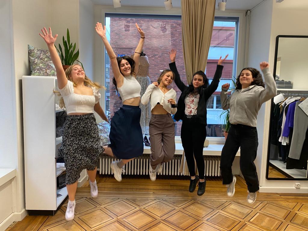 5 Bekleidungsgestalterinnen diplomiert